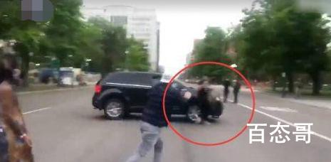美国悼念遇害非裔集会遭汽车冲撞  抗议者冒死截停失败