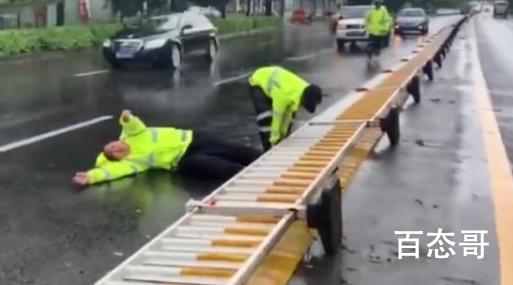 台风天执勤交警扶护栏被压倒 执勤交警有受伤吗?