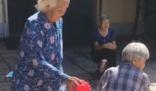 白发奶奶步履蹒跚玩丢手绢 一起玩的小伙伴平均年纪八十加