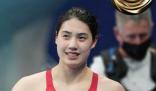 张雨霏夺得200米蝶泳冠军 张雨霏颁奖时也对镜头做出了比心的动作